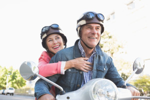 Glade seniorer kjører moped
